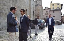 El conseller Calvet, en el moment d'arribar a la Seu, amb l'alcalde.