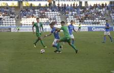 Juanto Ortuño intenta superar Manu Torres, un dels tres centrals que va alinear el Cornellà al Camp d'Esports.