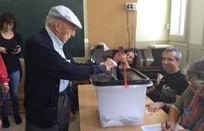 Jaume Solé dipositant el seu vot a l'urna de l'1-O.