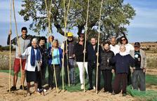 Foto de família dels usuaris de la residència geriàtrica de Guissona i els organitzadors del projecte.