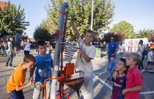 Decenas de niños disfrutaron ayer en Bellpuig de las instalaciones de juegos y artefactos lúdicos.