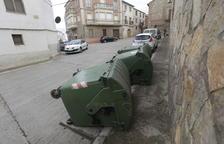 Dipòsits bolcats a Montoliu per evitar-ne l'ús - A Montoliu, l'empresa va decidir bolcar els contenidors tradicionals de recollida d'escombraries per evitar que els veïns els utilitzessin una vegada estrenat el porta a porta i a l'espera ...