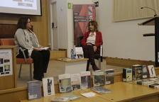 Núria Perpinyà protagonizó una tertulia conducida por la periodista Anna Sàez y participó en la lectura de textos del Día de las Escritoras.