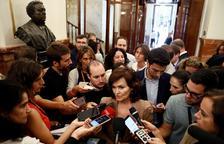 La vicepresidenta del Govern, Carmen Calvo, atén els mitjans.
