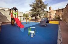 Instal·len mobiliari infantil al parc dels avis a les Pallargues