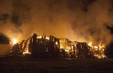 Un espectacular incendi destrueix un magatzem agrícola a Biosca