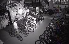 Encasten una furgoneta en una botiga d'Alcarràs per robar motos