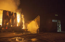 Contenció durant tota la nit del foc a Biosca