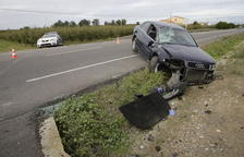 Dos ferits al perdre el control del seu cotxe i bolcar a Corbins