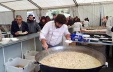 Un cuiner elaborant un dels plats del dinar popular.