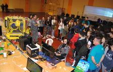 Joves estudiants van poder conèixer diferents tipus d'ordinadors personalitzats.