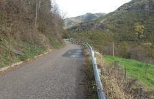 La carretera d'accés al nucli de Llesp.