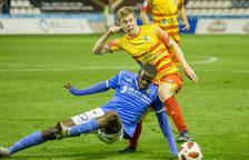 Alpha, que va entrar a la segona part, cau davant d'un jugador de l'Alcoià en la disputa de la pilota.