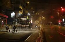 Treballs nocturns per asfaltar l'avinguda Catalunya.