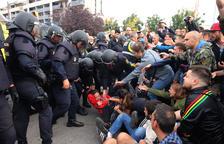 Una de les càrregues policials davant la seu de l'Escola Oficial d'Idiomes de Lleida.