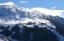 Imatge dels canons de neu en funcionament ahir a Baqueira.