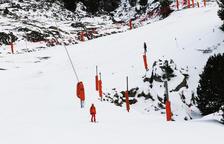 El personal de l'estació ja prova les pistes de Baqueira - Personal de pistes de Baqueira Beret prova aquesta setmana les pistes ja condicionades per obrir demà (a la imatge). L'estació aranesa inaugurarà la temporada d'hivern posant en s ...