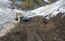 Imatge del dia que van començar les obres per evitar els abocaments de llots i argiles a la Garona.