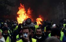 Macron congela sis mesos l'augment dels impostos als carburants per les protestes
