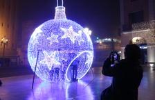 Els veïns es feien fotos ahir a l'interior de la bola nadalenca a la plaça de l'Ajuntament.