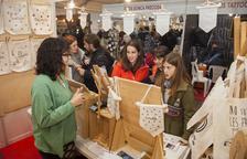 Els expositors elaboren les creacions (roba, pintura, forja, escultura, joies) en directe perquè el públic pugui conèixer com treballen.