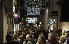 Els carrers de l'Eix van tornar a omplir-se ahir tant de compradors com de passejants.