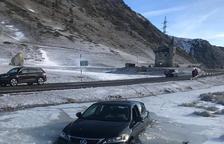 El coche quedó atrapado en el hielo a escasos metros de la carretera.