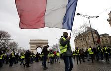 Macron intenta frenar els Armilles Grogues amb sindicats i patronal