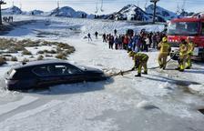Un mosso va ajudar la conductora atrapada amb el seu cotxe al gel