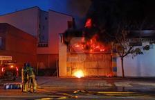 Espectacular incendi en una nau d'Alcarràs