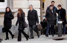 El exconseller Francesc Homs, (tercero por la izquierda), a su llegada al Tribunal Supremo donde se celebra hoy la vista del artículo de previo pronunciamiento (equivaliendo a las cuestiones previas) del caso del 'proceso', donde se estudiará si el alto tribunal es competente para juzgar los hechos.