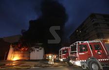 Un espectacular fuego calcina por completo un taller de reparación de coches en Alcarràs