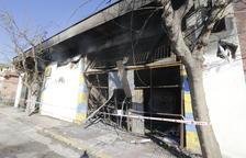 Calcinados siete vehículos en el incendio en el taller mecánico de Alcarràs