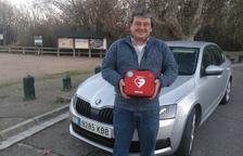 El taxi de Maials, el primer de Lleida a portar desfribrilador per a emergències