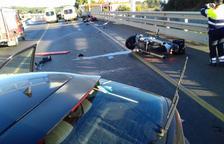 Una conductora èbria atropella tres motoristes al Pla de l'Estany