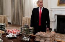 Trump complimenta els invitats a la Casa Blanca amb hamburgueses