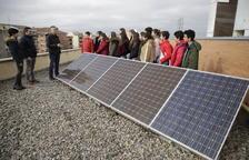 Los profesores de Tecnología, con alumnos de segundo de ESO junto a las placas fotovoltaicas.