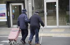 Dos ancianos cruzan un paso de peatones en el barrio de Balàfia.