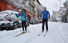 La neu arriba a nou comarques i anima l'esquí, que assegura la temporada