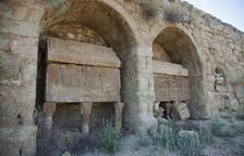 Traslladen a l'interior de l'església de Lloberola dos sarcòfags gòtics del segle XIV, que es deterioraven al cementiri, a l'aire lliure