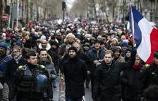 Els Mocadors Rojos protesten contra els Armilles Grogues