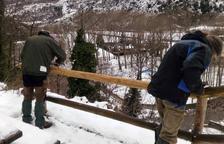 Imatge de la brigada forestal al reparar la barana.
