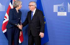 Bruselas y May buscan un acuerdo para salvar el pacto del Brexit