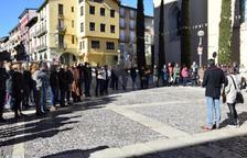Unas 50 personas se han concentrado esta mañana en el ayuntamiento de la capital del Alt Urgell