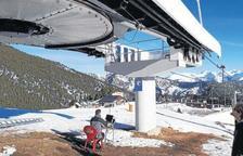 Treballs per comprovar l'estat del telecadira la Roca d'Espot, la setmana passada.