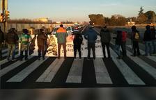 Estudiants han tallat durant uns minuts la N-240 a l'altura del campus de l'ETSEA.