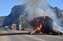 El incendio de un camión corta tres horas la C-14 en Coll de Nargó