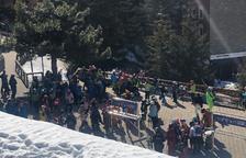 Nens de la Val d'Aran esquiant ahir a Baqueira.