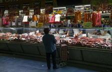 Treballadors autònoms d'una parada en un mercat madrileny.