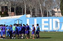 Joan Carles Oliva conversa amb la plantilla durant un entrenament d'aquesta setmana.